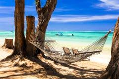Tropische Feiertage - entspannen Sie sich in der Hängematte auf dem Strand lizenzfreie stockbilder