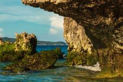 Tropische Felseninsel mit grünen Steinen auf tiefem blauem Sommermeer Philippinen Stockbild