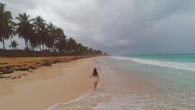 Tropische Ferien auf Paradiesinselstrand Glückliche Frau im Kleid Seesonnenaufgang genießend Dominikanische Republik stock footage