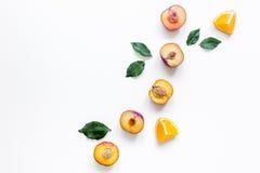 Tropische Früchte entwerfen mit Orange und Pfirsich auf weißem Draufsichtspott des Tabellenhintergrundes oben Lizenzfreie Stockfotos