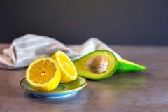 Tropische Früchte Zitrone und Avocado in den Platten stockfoto