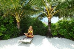 Tropische Frau auf Aufenthaltsraum lizenzfreie stockfotografie
