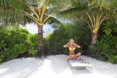Tropische Frau auf Aufenthaltsraum lizenzfreies stockbild
