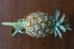 Tropische Frucht der Ananas auf hölzerner Tabelle Lizenzfreie Stockfotos
