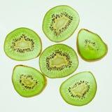 Tropische Frucht Geschnittene Kiwi Kiwi Noch Leben 1 Saftige Kiwi auf weißem Hintergrund Stockfoto