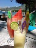 Tropische Frucht Smoothies auf Pemuteran setzen, Bali, Indonesien auf den Strand Stockbilder