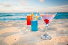 Tropische Getränke auf karibischem Strand Stockfotos