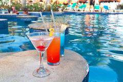 Tropische Getränke am Swimmingpool Stockbilder