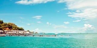 Tropische hemel en oceaan dichtbij eiland Royalty-vrije Stock Foto's
