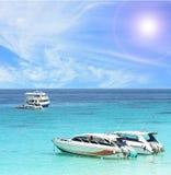 Tropische het strand van de boot stock afbeelding