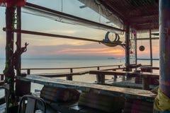 Tropische Hippiestange bei Sonnenuntergang lizenzfreie stockfotos
