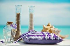 Tropische Hochzeit, Tabelle, Kissen für Ringe lizenzfreie stockbilder