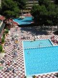 Tropische hotelpool stock afbeeldingen