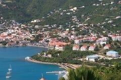 Tropische Häuser auf Hügel Lizenzfreies Stockfoto