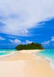 Tropische Insel und Sandquerneigung Stockfotografie