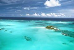 Tropische Inseln u. Sandbänke vom Himmel Stockfotografie