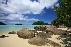 Tropische Küsteansicht gegen blauen Himmel und Wolke Stockfotografie