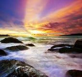 Tropische kleurrijke overzeese zonsondergang. stock afbeeldingen