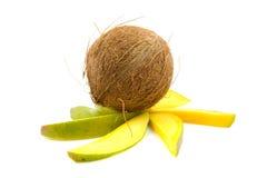 Tropische Kokosnuss auf Mangofruchtscheiben Lizenzfreie Stockfotografie