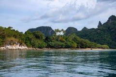 Tropische kust met blauwe zeewater en klip Spectaculaire klip en de tropische bosmening van Palm Beach royalty-vrije stock afbeeldingen