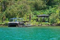 Tropische kusthuis en boot bij dok Panama stock foto's