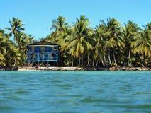Tropische kustlijn met hotel stock foto's