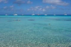 Tropische Lagune des Meerblicks mit den Booten verankert Stockfoto