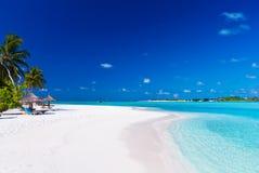 Tropische lagune met palmen Stock Foto