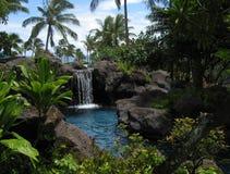 Tropische Lagune und Wasserfall lizenzfreie stockbilder