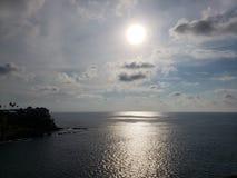 tropische Landschaft mit Reflexion der Sonne im Meer, in der Küstenregion von Acapulco, Mexiko lizenzfreies stockfoto