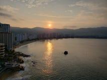 tropische Landschaft mit Reflexion der Sonne im Meer, in der Küstenregion von Acapulco, Mexiko stockfotos