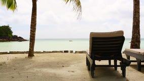 Tropische landschapsmening met deckchairs, Seychellen stock video