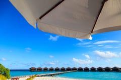 Tropische luxetoevlucht met watervilla's Royalty-vrije Stock Foto