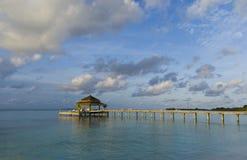 Tropische Maldives-Inselserenade-Anlegestelle Lizenzfreie Stockbilder