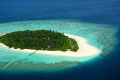 Tropische maledivische Insel von oben Lizenzfreies Stockbild