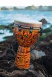 Tropische muziek op de rotsen stock foto