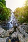 Tropische Natur in sarika Wasserfall bei Nakhon Nayok, Thailand Stockbild