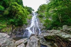 Tropische Natur in sarika Wasserfall bei Nakhon Nayok, Thailand Stockbilder