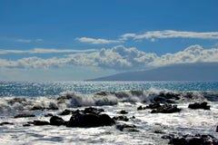 Tropische oceaangolven die op de oever van de lavarots bespatten stock afbeelding