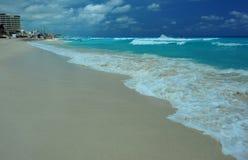 Tropische oceaanmening in het midden van zonnige dag royalty-vrije stock afbeelding