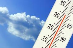 Tropische openluchttemperatuur op de thermometer Stock Foto's