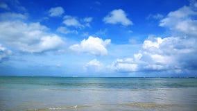 Tropische overzees en blauwe hemelachtergrond stock video
