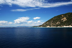 Tropische overzeese kust, blauwe hemel en overzees Royalty-vrije Stock Foto's
