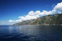 Tropische overzeese kust, blauwe hemel en overzeese horizon Royalty-vrije Stock Afbeelding