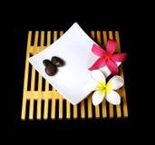 Tropische plumeriabloemen op een houten net Stock Foto's