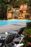 Tropische Pool-Szene mit Wasserfall Stockfotos
