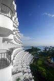 Tropische Rücksortierungarchitektur und blauer Himmel Lizenzfreie Stockfotos