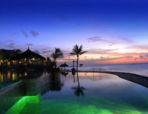 Tropische Rücksortierung auf dem Sonnenuntergang Stockfotografie