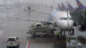 Tropische regen in de luchthaven stock footage