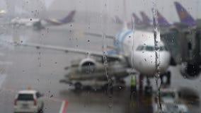 Tropische regen in de luchthaven stock videobeelden